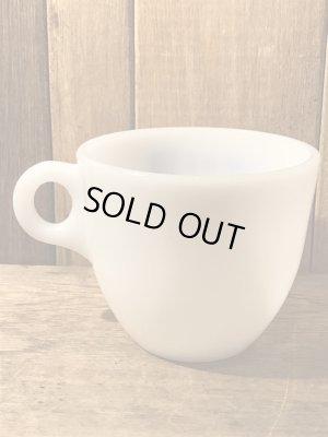 ミルクガラス製のアドバタイジング物のヴィンテージマグカップ