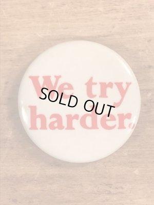 We Try Harder.のメッセージが書かれたビンテージ缶バッジ