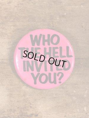 80年代頃のWho The Hell Invited You?のメッセージが書かれたヴィンテージの缶バッチ